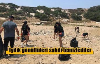 İyilik gönüllüleri sahili temizlediler