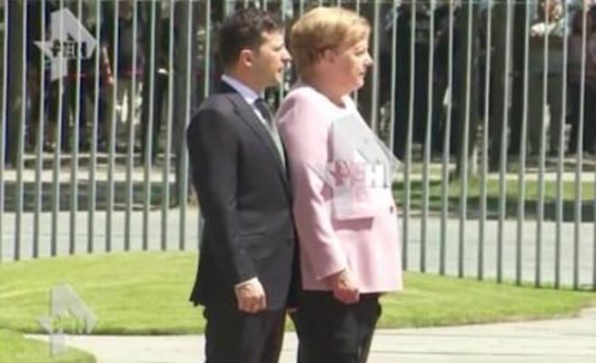 Resmi törende korkutan görüntüler! Merkel fenalaştı