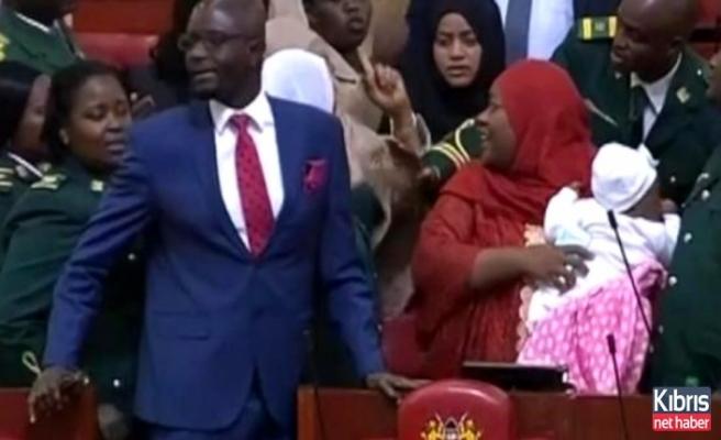 Parlamentoya bebeğiyle giden milletvekili dışarı çıkarıldı!