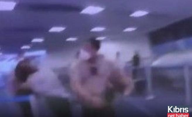 Polis siyahi kadına yumruk atarak yere serdi