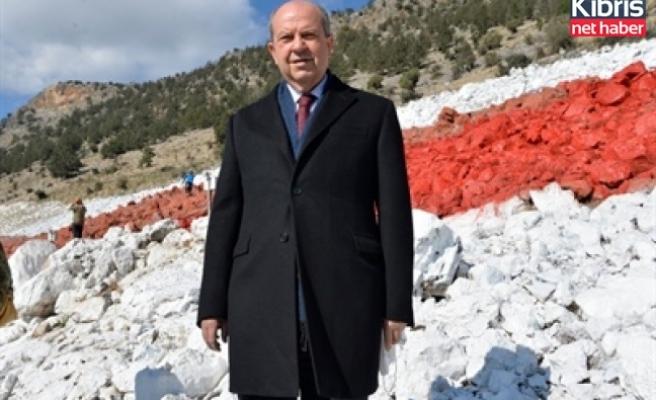 Tatar, KKTC bayrağının boyanma çalışmalarını yerinde inceledi