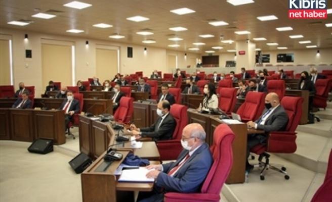Meclis, maaş kesintileri ile ilgili yasayı komitede görüşmek üzere çalışmalarına ara verdi