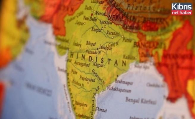 Hindistan'da koronadan ölenler boş arazilerde yakılmaya devam ediyor