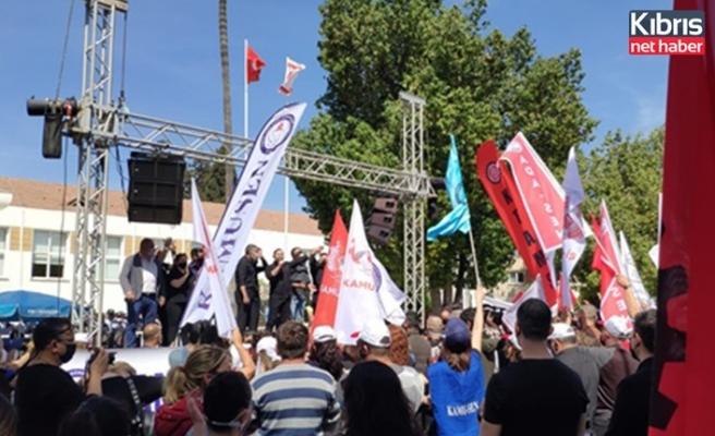 Kamuda örgütlü sendikalar meclis önünde eylem yaptı
