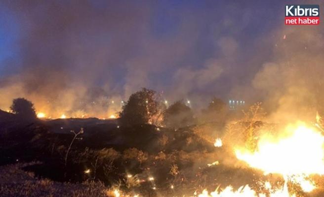 Haspolat'ta çıkan yangında 10 dönüm kuru ot ve molozlar yandı