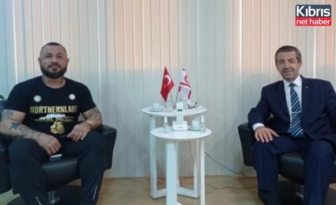Dışişleri Bakanı Tahsin Ertuğruloğlu Milli Boksör Metin Turunç ile görüştü