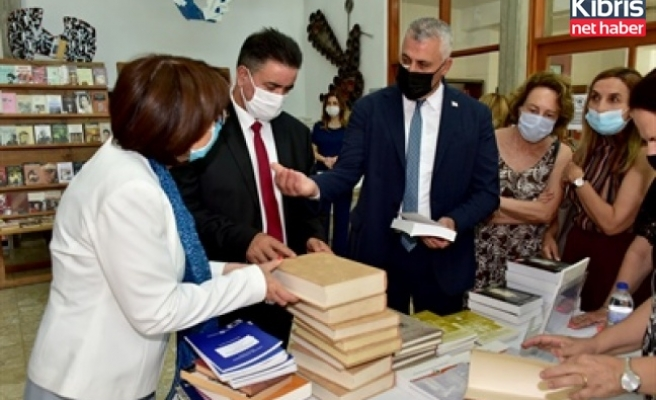 """Kıbrıs Türk Üniversiteli Kadınlar Derneği """" Kadın Eserleri Kütüphanesini"""" Milli Kütüphanesine devretti"""
