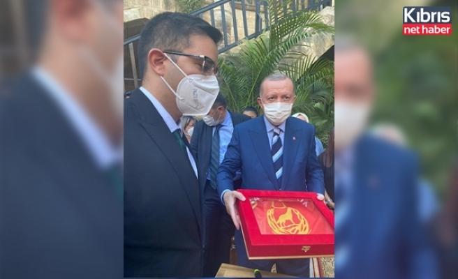 """Kıbrıs TMT Mücahitler Derneği TC Cumhurbaşkanı Erdoğan'a """"TMT Bayraktarlık Flaması"""" Takdim Ettiklerini Açıkladı"""