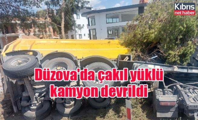 Düzova'da çakıl yüklü kamyon devrildi