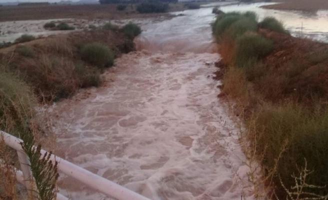 Aşırı yağışlar nedeniyle yol su altında kaldı