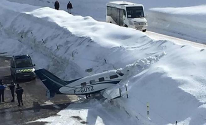 Fransa'da bir uçak kar yığınına çarptı