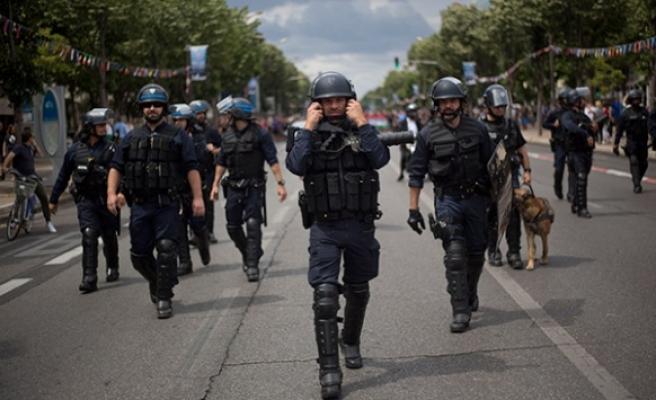 Fransız polisinden taraftarlara ilginç müdahale