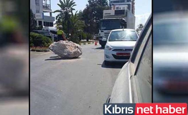 Girne'de yola düşen taş trafiği felç etti