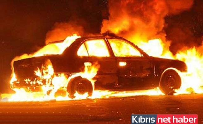 Lapta'da park halindeki araç yandı