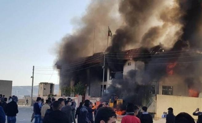 Ülke karıştı, parti binaları ateşe verildi!