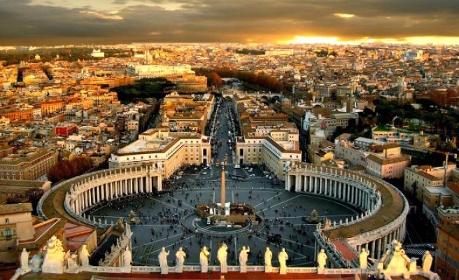 Vatikan'da seks partisine baskın