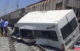 Mersin'de yük treni servis minübüsüne çarptı! Ölü ve yaralılar var