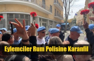 Eylemciler Rum Polisine Karanfil Vermek İstedi