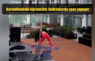 Karantinadaki öğrenciler, balkonlarda spor yapıyor