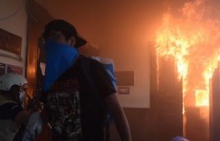 Göstericiler kongre binasını ateşe verdi