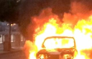 Lekoşa'da park halinde bir araç yandı