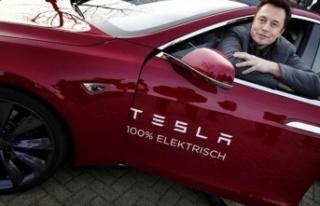Elon Musk'tan Tesla uyarısı: Otomatik pilota...