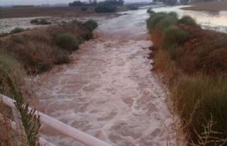 Aşırı yağışlar nedeniyle yol su altında kaldı...