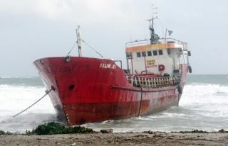 Gazimağusa 'da karaya oturan gemi kurtarıldı