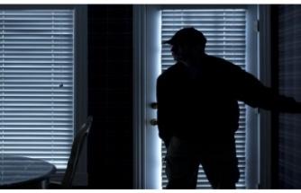 İki otel çalışanı müşterinin kolyesini çaldı
