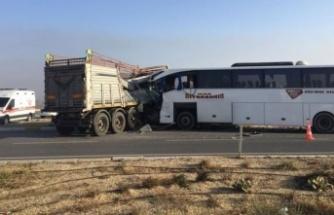 Yolcu otobüsüyle TIR çarpıştı: 2 ölü, 20 yaralı