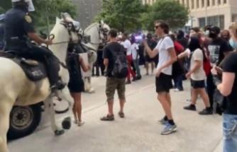 Bir polis göstericiyi at ile ezdi