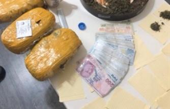 İskele'de bir evde uyuşturucu olduğuna inalınan 1.6 kg madde bulundu