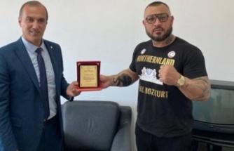 Demir yumruk' Metin Turunç'a Spor Dairesi'nden plaket