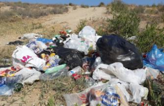 Çöp bidonu yok diye çöpler plajlarda bırakıldı