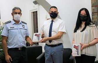 Turgül Tomgüsehan son kitabı 'Ada Karanlığı'nı, Prof. Dr. Asım Vehbi'ye takdim etti