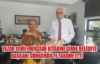 Yazar Sevil Emirzade Kitabını Girne Belediye Başkanı Güngördü'ye Takdim Etti